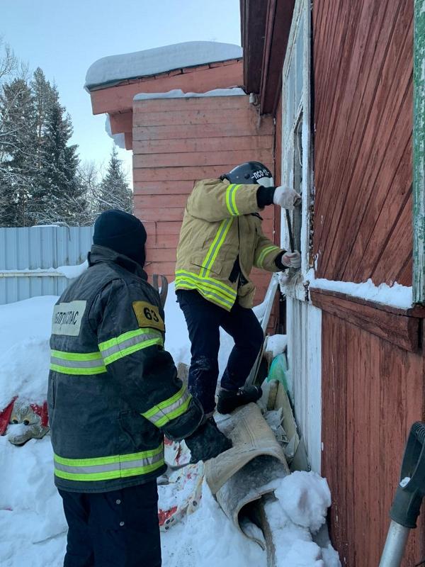 Работники ГКУ МО «Мособлпожспас» спасли пенсионерку из-под завалов рухнувшей под тяжестью снега крыши