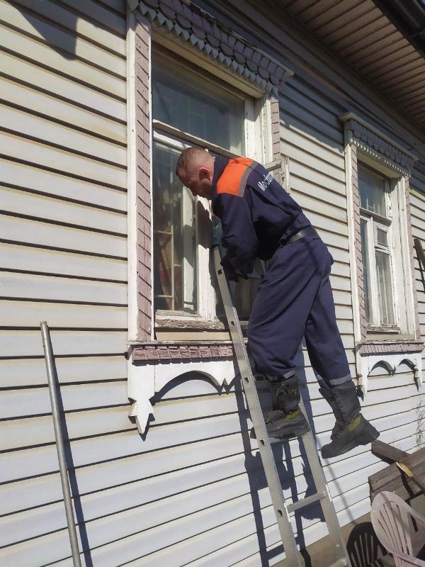 Спасатели ГКУ МО «Мособлпожспас» пробрались через окно к обездвиженной пенсионерке и передали ее медикам