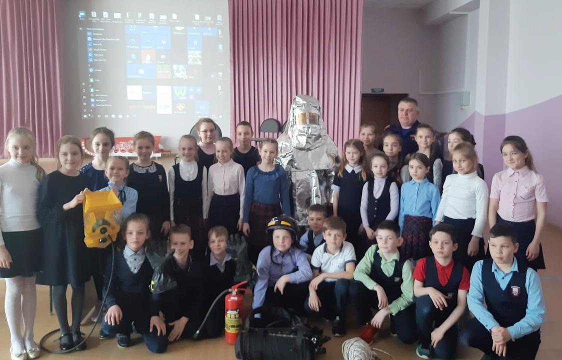 Пожарные ГКУ МО «Мособлпожспас» провели урок безопасности для дмитровских школьников