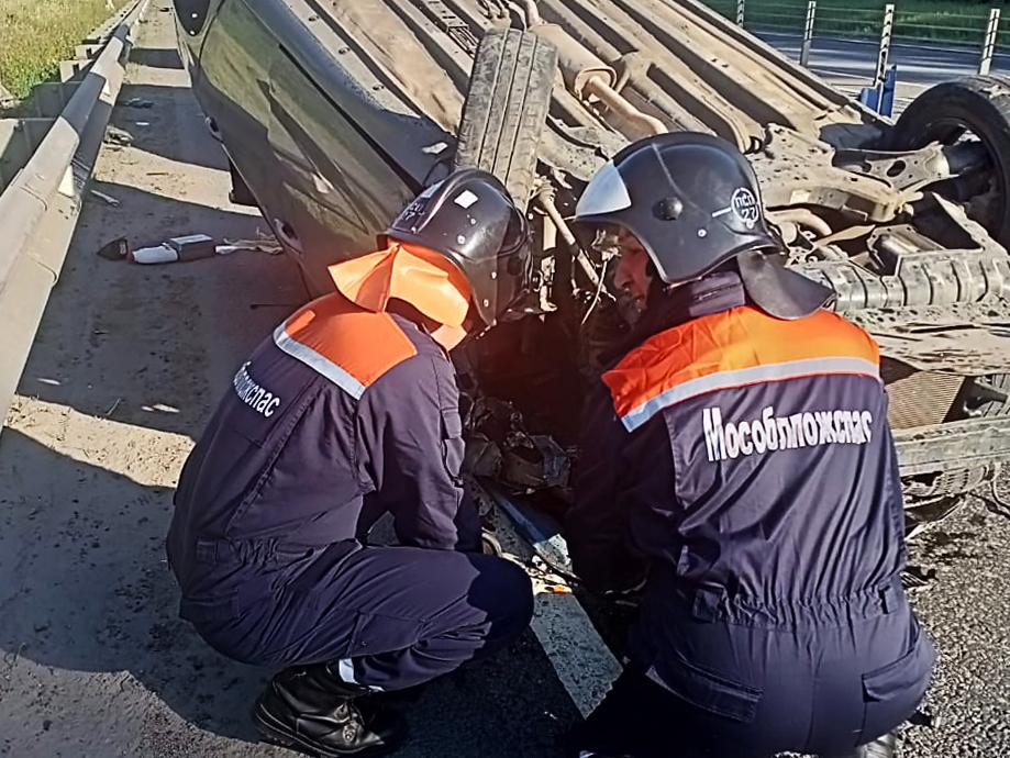 Спасатели ГКУ МО «Мособлпожспас» освободили водителя из перевернувшегося автомобиля