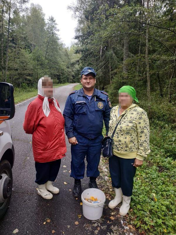 Спасатели ГКУ МО «Мособлпожспас» вывели из леса заблудившихся женщин