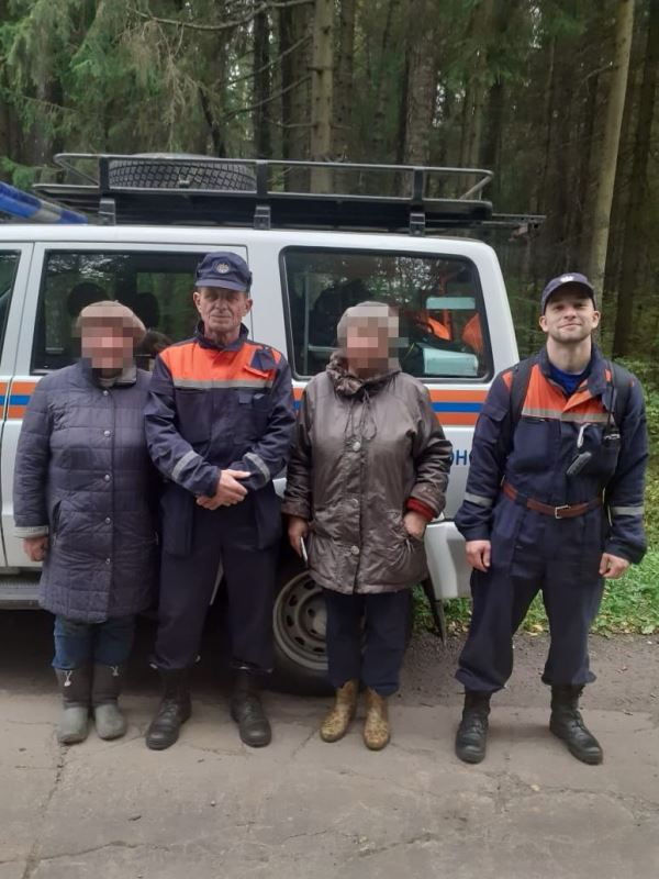 Спасатели ГКУ МО «Мособлпожспас» вывели двух пенсионерок из лесного массива в Рузе