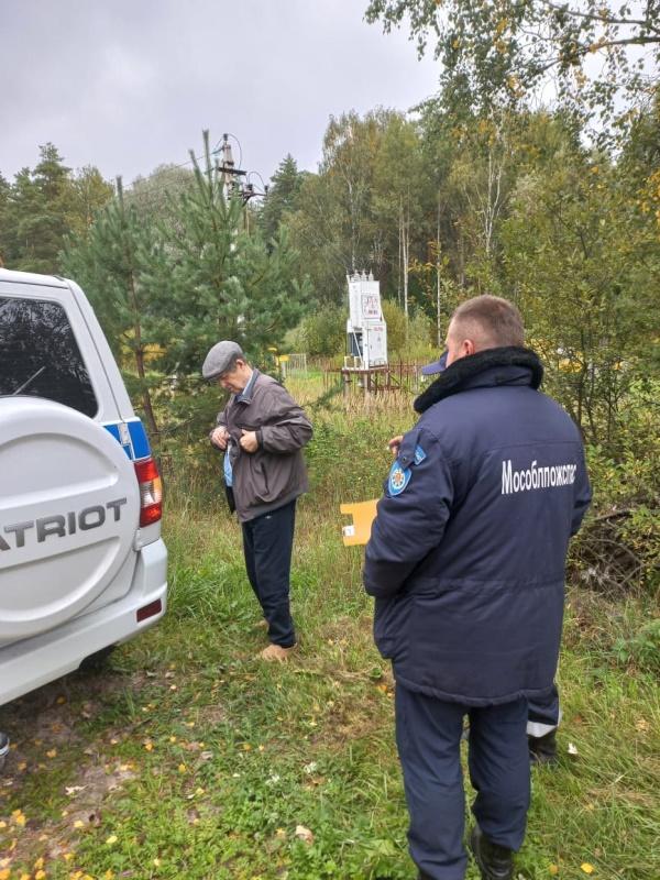 Работники ГКУ МО «Мособлпожспас» вывели из леса пожилого мужчину