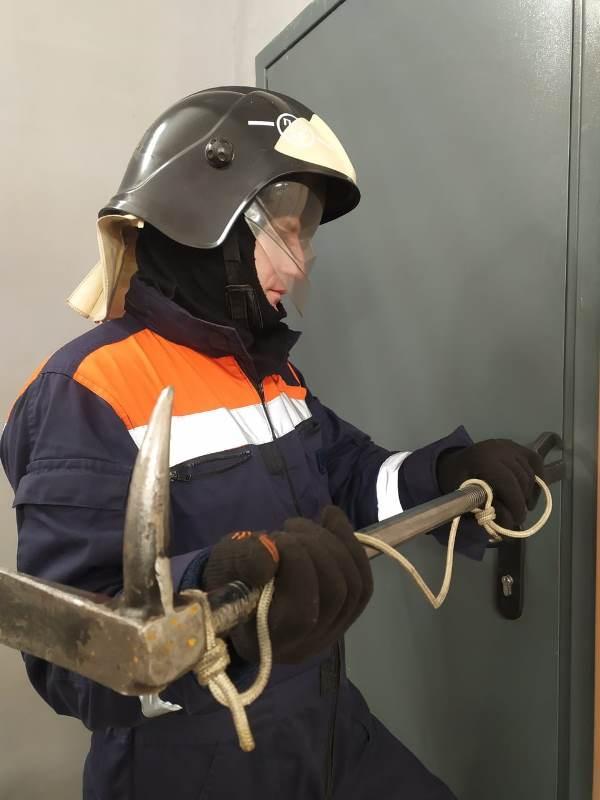 Спасатели ГКУ МО «Мособлпожспас» деблокировали дверь квартиры, где находилась больная женщина