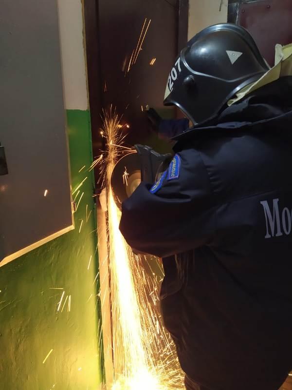 Спасатели ГКУ МО «Мособлпожспас» деблокировали дверь квартиры, где находился обездвиженный пенсионер