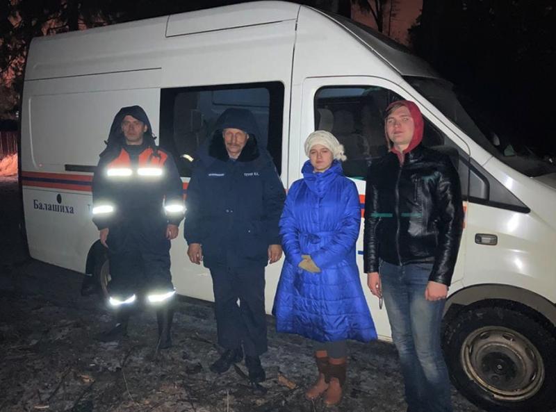 Спасатели ГКУ МО «Мособлпожспас» вывели из леса двух человек